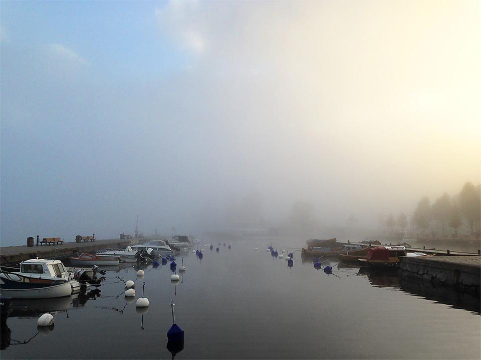 Morgondimman lättar över Inre hamnen vid Fiskaretorget i Västerviks Centrum