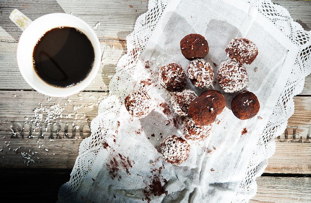 Matfotografering av chokladbollar: Studioljus blandat med solljus för att få till en skön känsla i bilden. En av Ellens tio profilbilder för IBL Bildyrå
