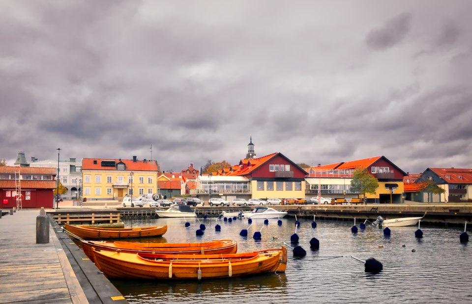 Inre hamnen vid Fiskaretorget i Västervik - Lunchtid i mitten av oktober - Västervik.Nu